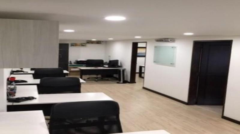 Hermosa oficina con tres espacios independientes  , 2 oficinas independientes 1 de trabajo común 2 baños y cocineta , totalmente remodelada , excelentes vías de acceso como av NQS , calle 100 y carrera 19 , ubicada en primer  piso , bahía de parque frente de la oficina.