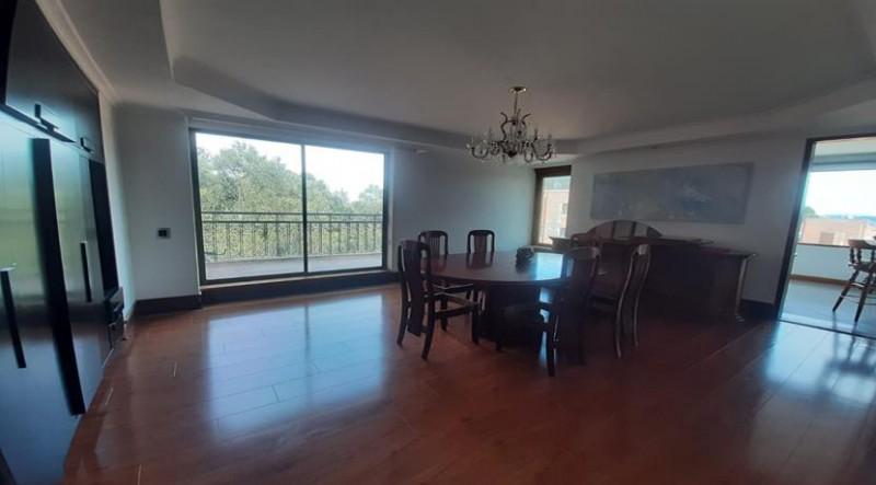 MAGNIFICO APARTAMENTO ALTAMENTE EXCLUSIVO UBICADO EN UNO DE LOS CONJUNTOS REDIDENCIALES MAS COMPLETOS Y AGRADABLES E LA CAPITAL. Pent House, Metraje aproximado: 700 m2 que incluye en el primer piso: pisos de mármol recién pulidos ,pisos de madera recién pulidos . Cocina recién pintada y remodelada. Sala,comedor con clásico chandelier ,estudio,baño,social,cocina,área de labores, 4 habitaciones cada una con su baño y walking, closet y baño con acceso a terraza,en la  habitación principal cortinas eléctricas con walking closet y baño con acceso a terraza, espacio para spa ,cuarto de servicio con acceso desde el área de labores de primer piso. Área de terraza aproximadamente 150 metros . Nuevo BBQ en la terraza del segundo piso. Citófonos  y Linea  de teléfonos en las habitaciones ,cocina y baño principal del segundo piso ,Jacuzzi en baño principal del segundo piso y baño turco en el estudio del segundo piso, Parqueaderos 4 en sótano 1 en plataforma  (al aire libre) Caja de seguridad