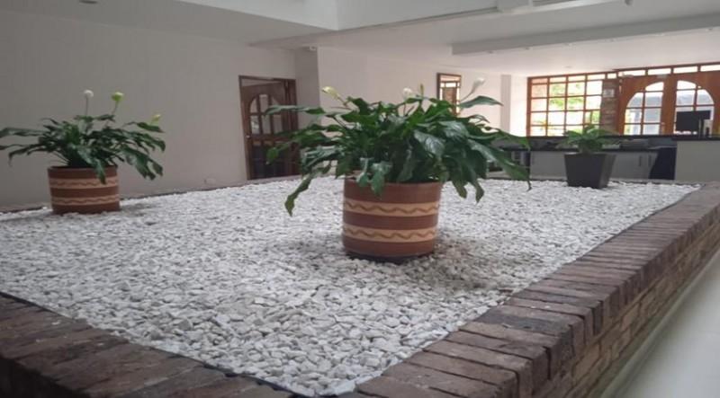 Encantador apartamento cuenta con dos habitaciones un baño, cocina tradicional integral, y parqueadero cubierto, con una excelente iluminación natural.