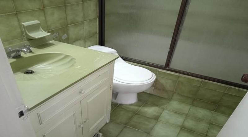 Apartamento con una excelente ubicación y distribución Amplios espacios, ingreso al apartamento zona social, cocina tradicional, baño social, dos habitaciones auxiliares , habitación principal con  baño privado, parqueadero