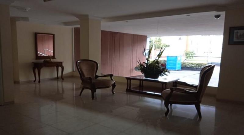 Acogedor apto cuenta con zona social cocina tipo americana remodelada  dos habitaciones la principal con baño privado y  baño social.