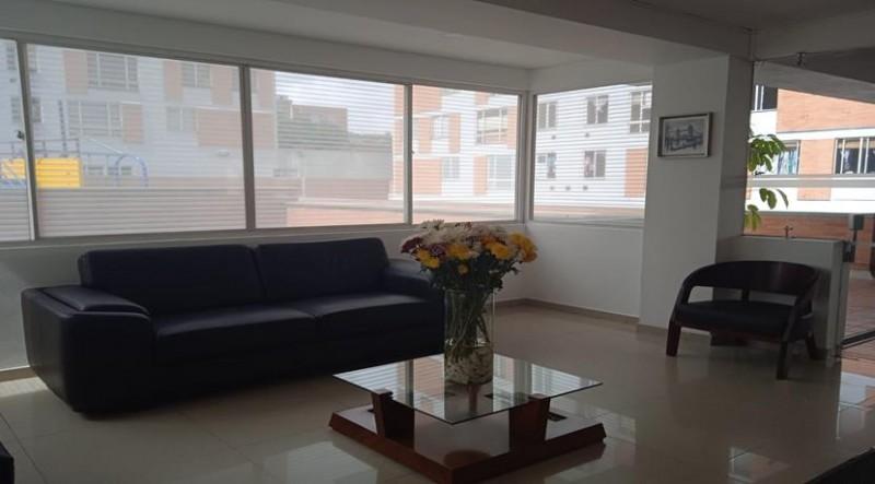 Apartamento con excelente distribución zona social cocina tradicional, hall de  alcobas, baño auxiliar dos  habitaciones auxiliares, habitación principal con baño privado.