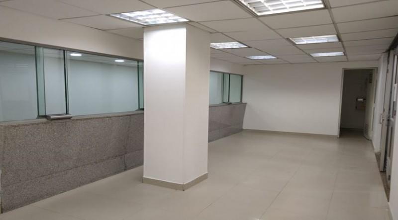 local comercial ideal para bancos junto al super cade de toberin , cuenta con baño privado  , cuarto de almacenamiento, pisos en cerámica y madera laminada ...