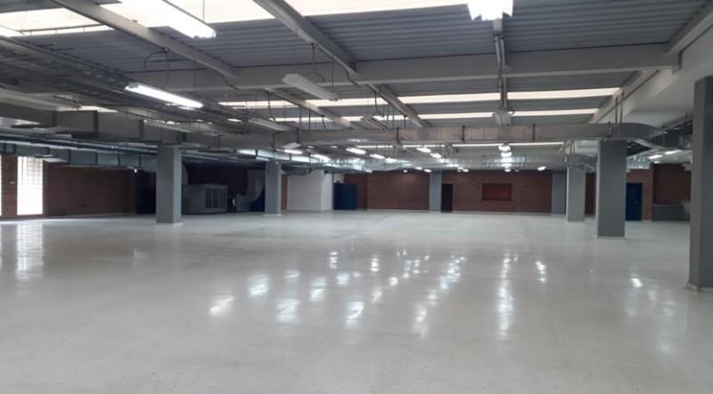 Área Total Bodega 2.950 m2, nivel 1, Área de Bodega 1.214.20 m2 Área de Oficinas y baños 200.20 m2, Capacidad de carga 500K/m2, Altura de piso a techo 3.83 M, BAÑOS HOMBRES: 3 Sanitarios, 4 Otoñales, BAÑOS MUJERES: 9 Sanitarios, 1 baño Enfermería, nivel 2, Área Bodega 694 m2, Área de Oficinas 403 m2. Capacidad de Carga 500 K/m2, Altura 350 M, 4 Baños en oficina, 5 en área de producción. nivel 3, 3 Baños, Muelles de carga y descargue a nivel de piso, Kva 800, Red contra incendios, tanque.