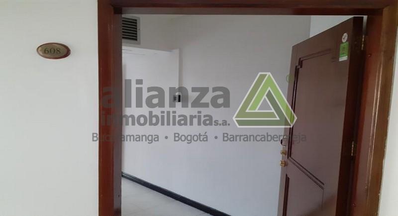 SE ARRIENDA OFICINA AL LADO DEL HOTEL DANN CARLTON EXCELENTE UBICACION, DOS AMBIENTES, AIRE ACONDICIONADO, UN BAÑO,PARQ PARA CARRO.