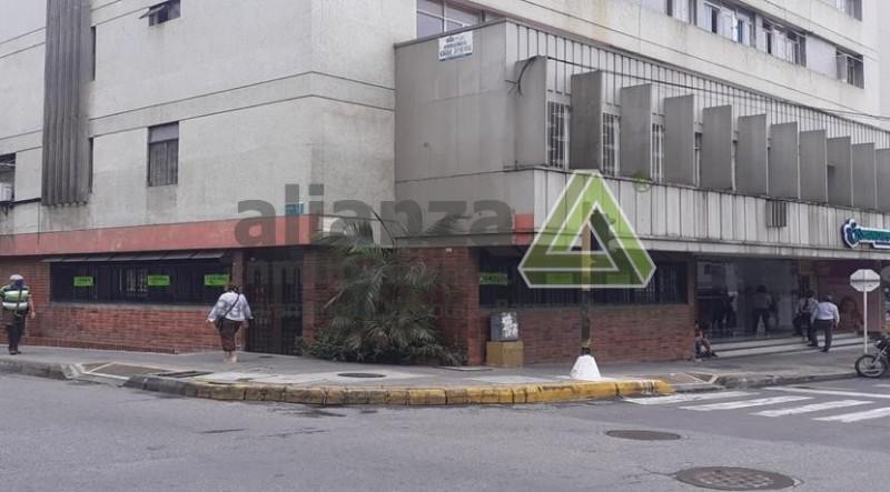 SE ARRIENDA LOCAL POR LA CARRERA 22, ESQUINERO, UN SALON, DOS BAÑOS, AREA 98M2