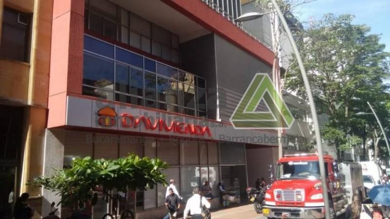 Cómoda oficina en el Edificio Davivienda centro de Bucaramanga Ubicada en el piso 9 de la torre de oficinas, con un área de 36.20 mts, oficinas con divisiones en vidrio templado, baño, pisos remodelados. El edificio cuenta con tres ascensores, vigilancia 24 horas y parqueadero.