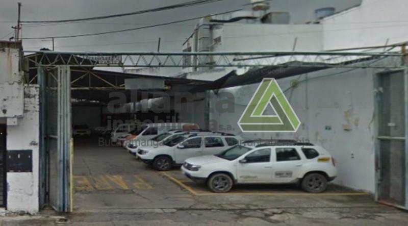 LOTE UBICADO EN EL SECTOR COMERCIAL CONSTA DE PARQUEADERO DESCUBIERTO, CON UN SALON, 2 BAÑOS.