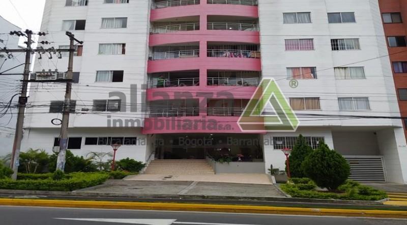 Apartamento en el Edificio Aurora Boreal, barrio la Aurora de Bucaramanga Fácil ubicación, cerca de colegios, droguerías, servicios médicos, supermercados y comercial en general, ubicado en el piso 4, de la torre de 9 pisos, con vista al interior del Edificio.  Portería 24 horas, parqueadero, zona social en primer piso compuesta por: piscina, zona de bbq, salón social y gimnasio.    Consta de 87.26 mts de área y se distribuye en; Cocina integral, alcoba de servicio o se puede habilitar para zona de ropas, sala comedor, balcón, estudio, tres alcobas con closet, dos baños.