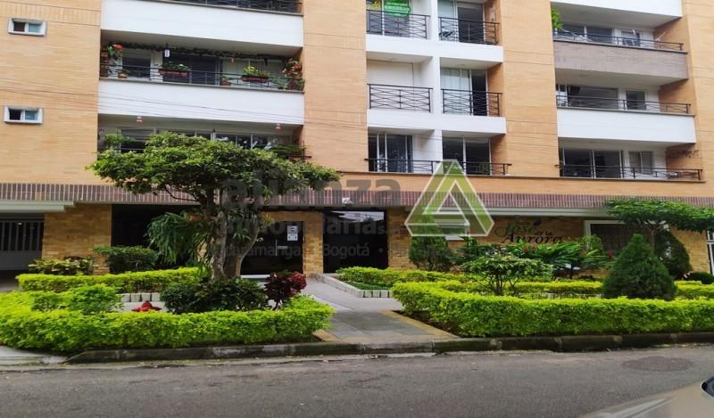 Se vende Apartamento en el Edificio San José de la Aurora- Bucaramanga  Moderno edificio de apartamentos, excelentes acabados, amplios espacios, cerca de centros comerciales, clínicas, colegios y universidades. Portería 24 horas, zona social compuesta por Jacuzzi, gimnasio, salón social.  Costo de Administración $ 210.000  El apartamento esta ubicado en piso 2 del edificio, con área construida de 52.42 mts y un amplio patio de uso exclusivo de 31.65mts, consta  de  1 alcoba principal con baño, 1 alcoba auxiliar, 1 baño auxiliar, sala de comedor, cocina.    Asignado parqueadero  y deposito.