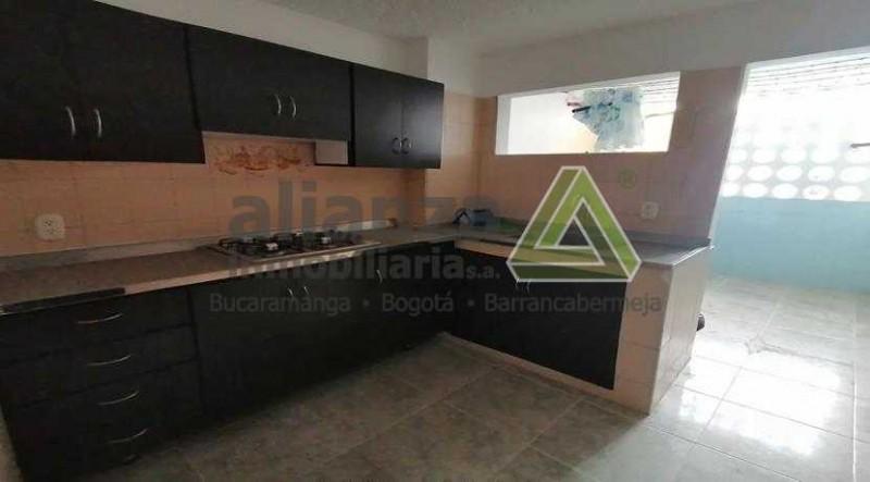 apartamento de 3 alcobas, 2 baños completos, alcoba y baño de servicio, sala comedor, cocina integral..
