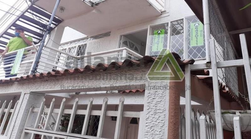 Apartamento de tres alcobas, dos baños, cocina tradicional, área 90 m2 balcón,peatonal, economico, ubicado barrio altoviento, . AGENDE SU CITA, TRAMITE SUPER FÁCIL Y SENCILLO. 1 SOLO DEUDOR SOLIDARIO...
