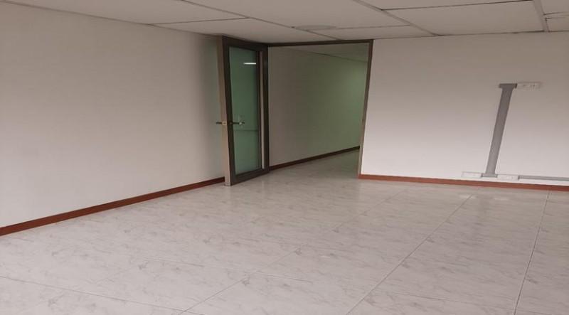 Oficina Arriendo 30 m2, pisos cerámica, paredes estuco blanco, 1 baño, 2 ambientes, cableado estructurado, ubicada en edificio, con ascensor, iluminación natural, quinto piso, fácil acceso, cerca a vías principales: Cra 15., calle 100, Av..9,