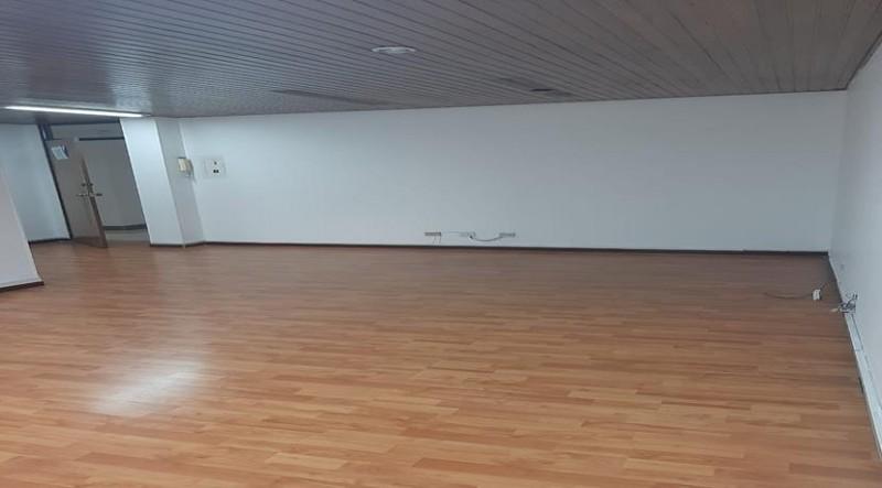 Excelente oficina 40 m2, para adecuar según necesidad, baño privado, piso laminado, iluminación natural, edifico con recepción,  baños comunales, sector comercial y bancario, cerca a restaurantes, parque de la 93.