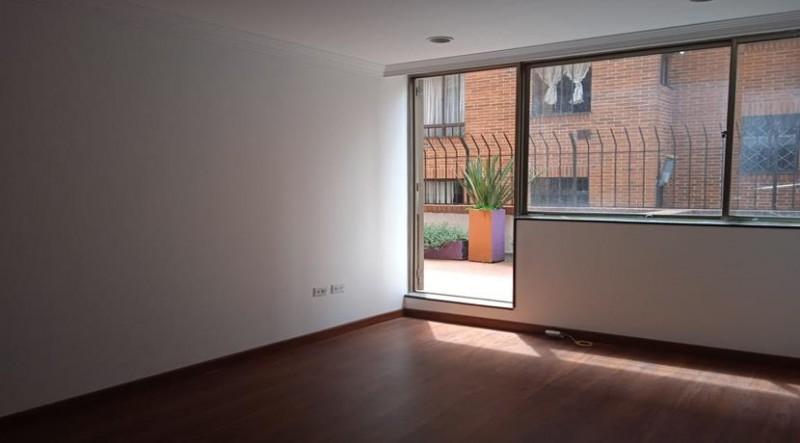 Apartamento con excelente distribución sal comedor cocina, tipo americana ,baño social ,dos habitaciones auxiliares, la principal con baño privado, garaje cubierto