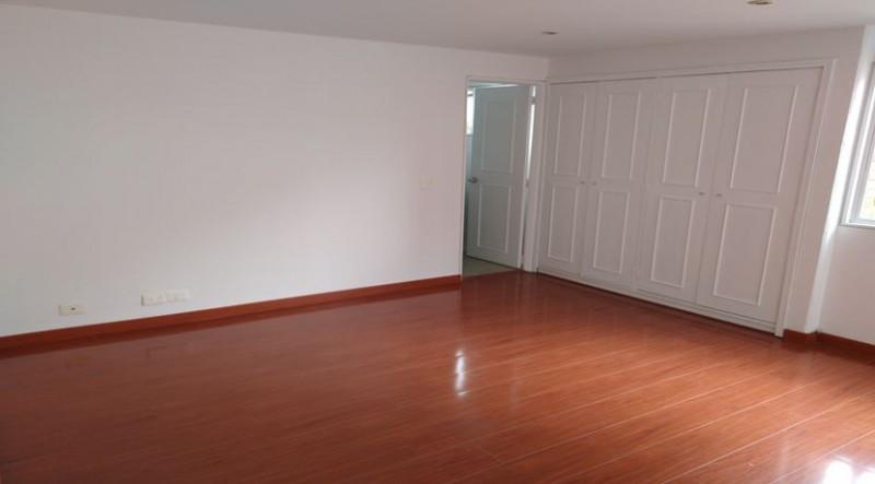 Espectacular  apartamento dúplex  cuenta con tres habitaciones principal con baño privado , sala comedor muy amplia , cocina integral , zona de ropas, cuarto y baño del servicio , cuenta con 1 garaje cubierto.