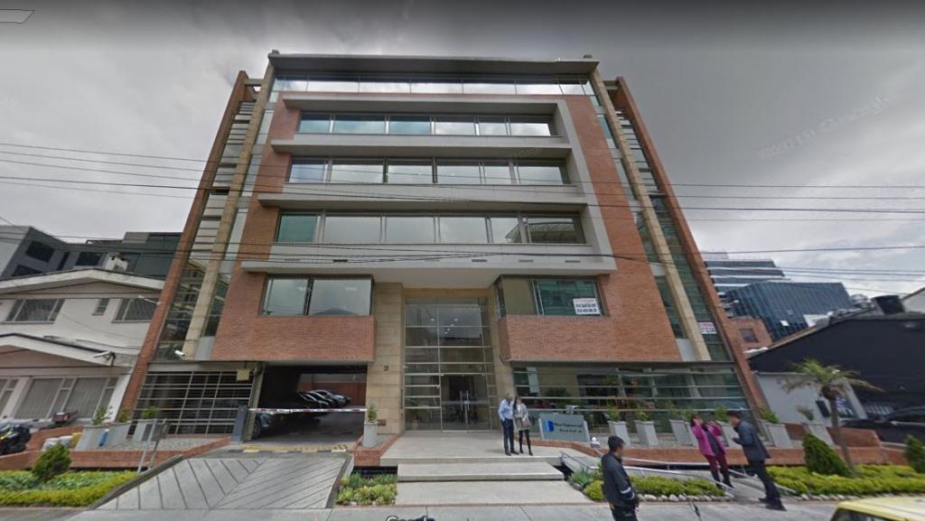 Ofertamos esta excelente oportunidad comercial. Magnifica oficina de espacio abierto, modernos acabados de piso a techo e iluminación. El edificio de tipo corporativo de alto estándar ofrece solución de batería de baños por piso y cocineta, parqueadero de visitantes , salas de reuniones corporativas, doble ascensor, vigilancia privada 24 hora y recepción. La ubicación estratégica de este inmueble ofrece fácil accesos por las principales vías de la capital acercándolo desde cualquier ubicación   a la zona mas exclusiva de Bogotá, así como el acceso permanente al sector financiero, gastronómico y económico. Contáctenos y conozca la mejor oportunidad para su negocio...