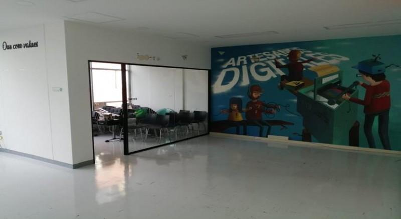 En la mejor zona de Bogotá, 100 mts, segundo piso interior, cocineta, altura piso techo 3 mts, 2 garajes, batería de baños en el hall, en el séptimo piso terraza para almorzar con horno microondas y lavaplatos y máquina de dulces, todo a su servicio, Negociable..